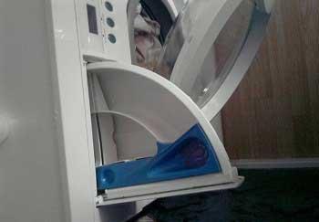 Почему стиральная машина не отжимает белье: распространённые причины