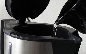Чайник заполняется водой