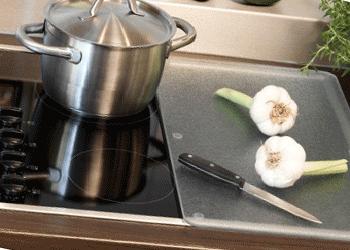 Уход за плитой со стеклокерамической поверхностью: 4 правила для сохранения блеска