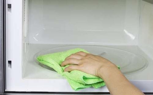 Очистка микроволновки тканью