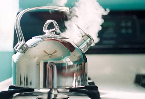 Процесс очистки чайника